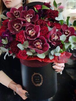 Шляпная коробка в марсаловом цвете с орхидеями