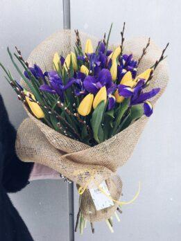Букет из синих ирисов и желтых тюльпанов