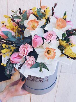 Коробочка с тюльпанами и нарциссами