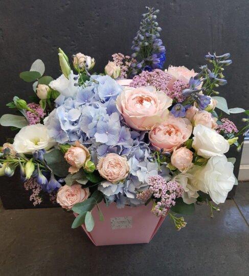 Гортензия, пионовидные розы, дельфиниум =шикарная композиция)).