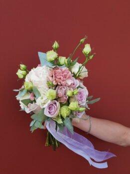 Свадебный букет с нежными розами и эустомой