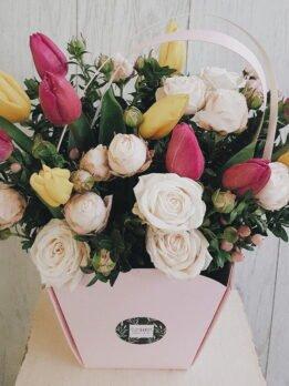 """Фирменная сумочка с разноцветными тюпанами и нежной кустовой пионовидной розой """"Бомбастик"""""""