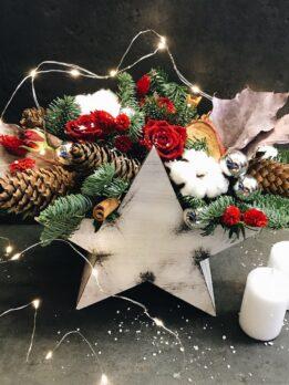 """Композиция """"Звезда"""" с красными кустовыми розами, шишками и новогодними шарами"""