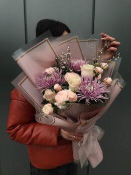 Нежный букет с хризантемами, розами и гвоздиками