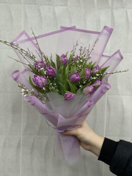 Букет с сиреневым тюльпаном и джанистой