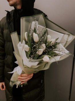 Букет состоит из 11 белых тюльпанов и джанисты.
