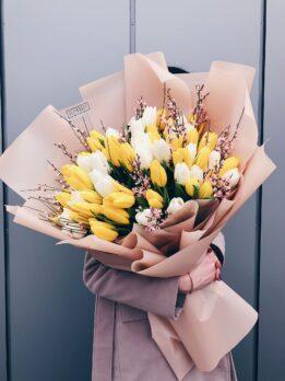 Букет из желтых и белых тюльпанов с генистой